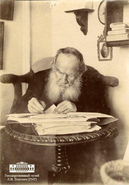 57 Л.Н. Толстой за работой в кабинете яснополянского дома. 1909 г. Фотография С. А. Толстой