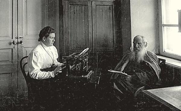 76 .Н. Толстой и А.Л. Толстая в ремингтонной. 1909 г. Ясная Поляна. Фото В.Г. Черткова