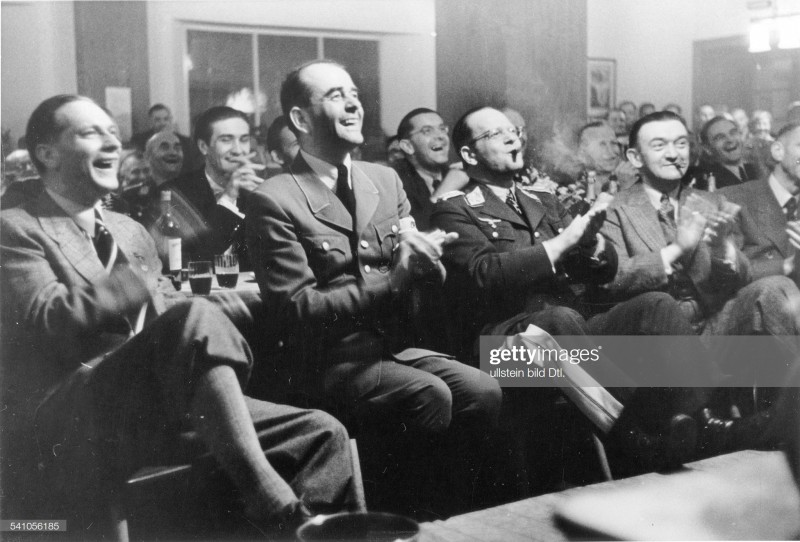 """Эрхард Мильх и его друзья-нацисты аплодируют организаторам калининградского фестиваля """"100 лет Девау"""""""