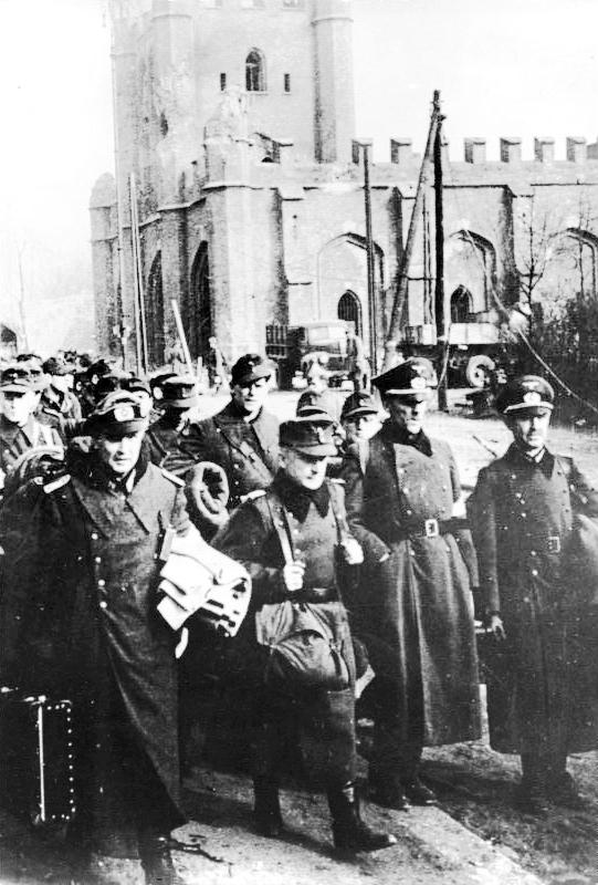 Bundesarchiv_Bild_183-R94432,_Königsberg,_gefangene_deutsche_Offiziere