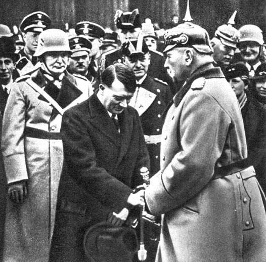 Президент Германии кайзеровский фельдмаршал Гинденбург приветствует нацистских лидеров. Берлин, 1933 г.