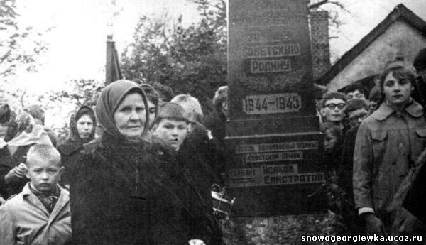 Вдова Виктора Исакова возле его могилы. 70-е годы.