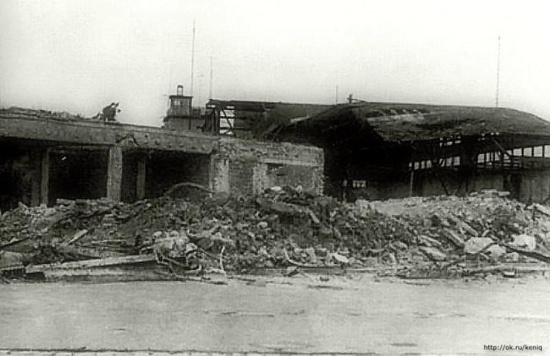 Фото 1945 года. Руины аэровокзала и ангара аэропорта Девау.