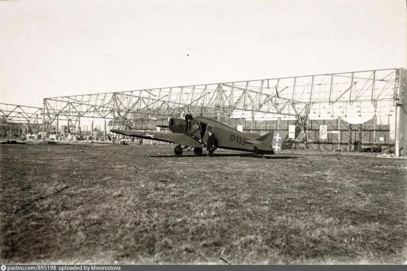 Фото 1921 года, на котором изображено завершение разборки ангаров на аэродроме «Девау» по требованию победителей Германии.