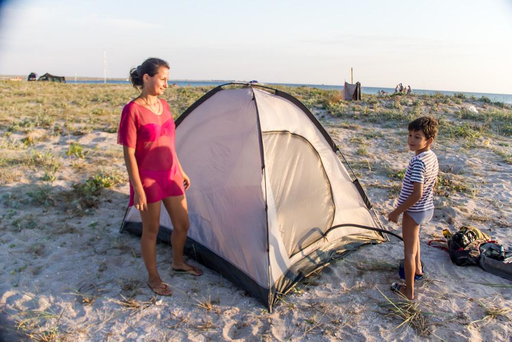 Девушка связала парня в палатке