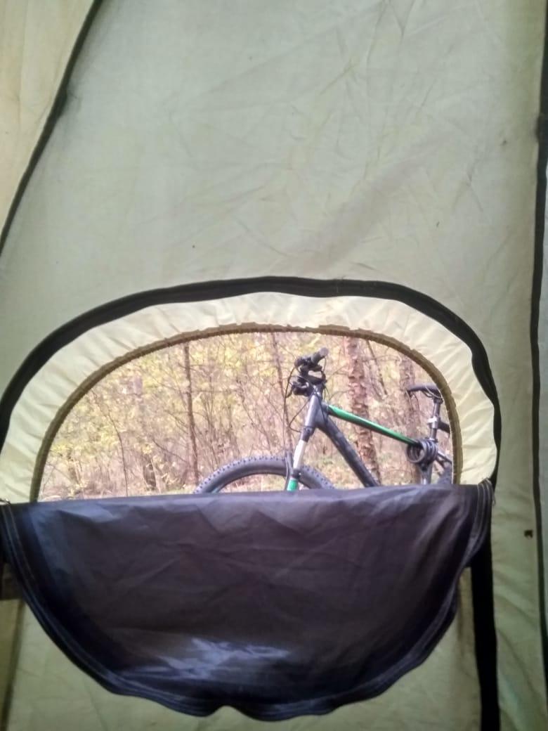 Утро велосипед на своём месте вид из палатки
