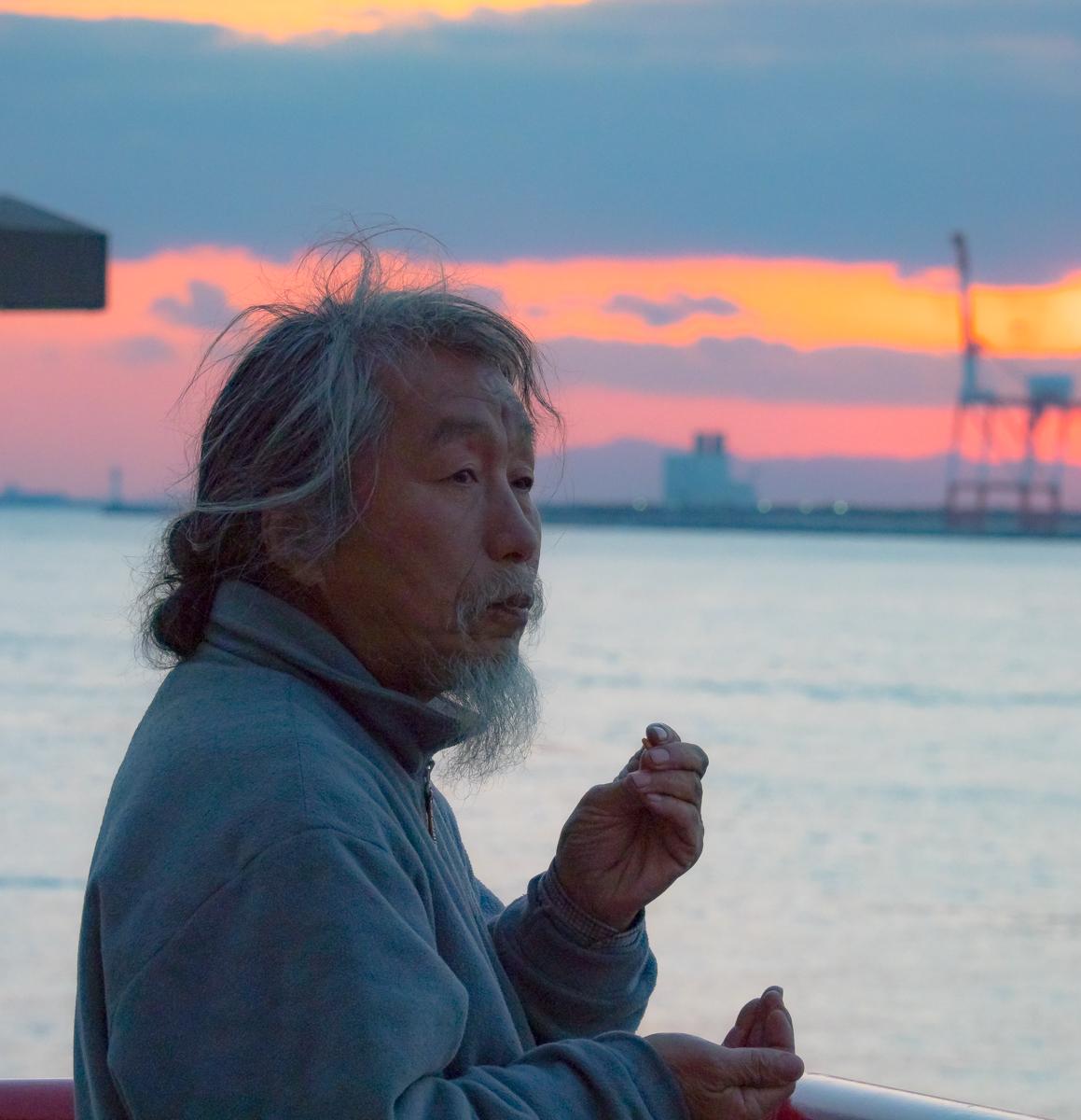 Дед в порту. Можно было наплести, что рыбак, но кажись просто семкогрыз