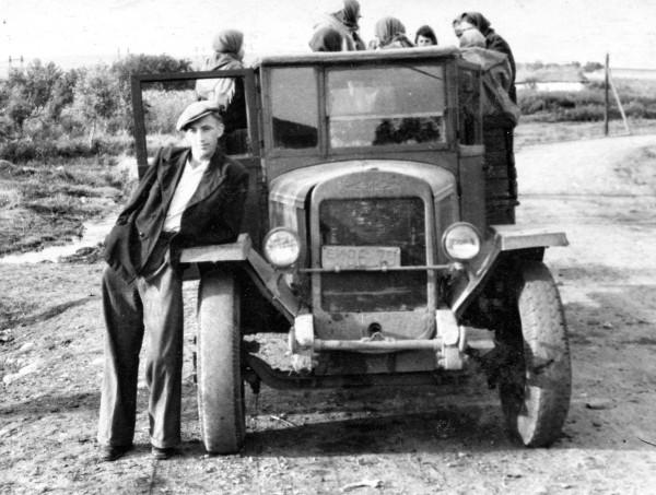 1951-08-20_Невинномысск_по дороге в институт около машины__6337