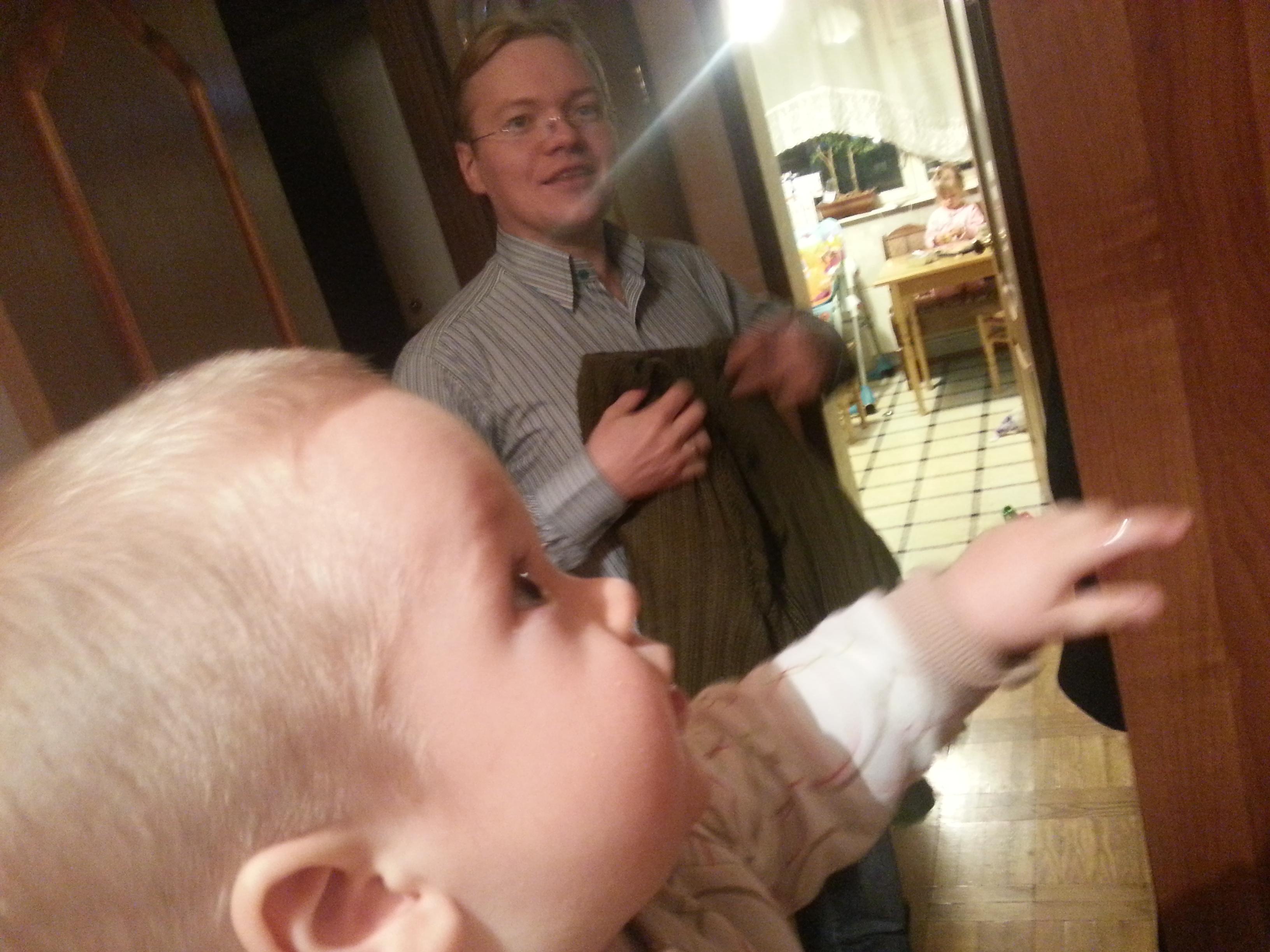 Посмотрела папин член, Папа дал дочке потрогать член 15 фотография