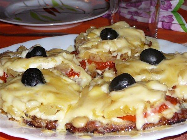 Мясо с ананасом с помидорами в духовке