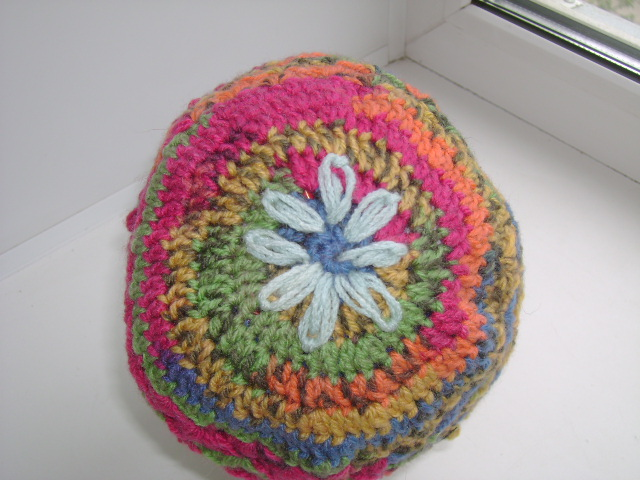 Шапка с цветами 004
