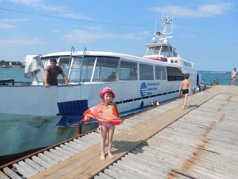 Маша у корабля