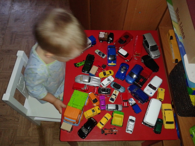 машинки на столе