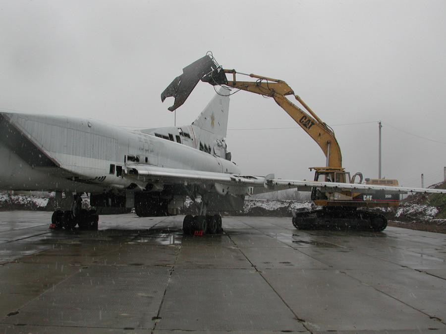 TU-22_scrapyard