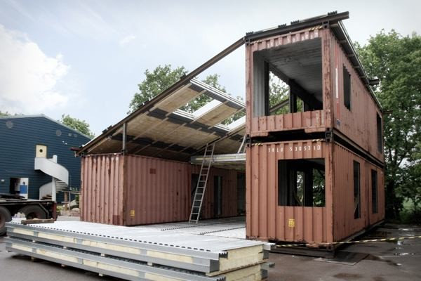 modern-recycled-home-made-of-shipping-containers-02