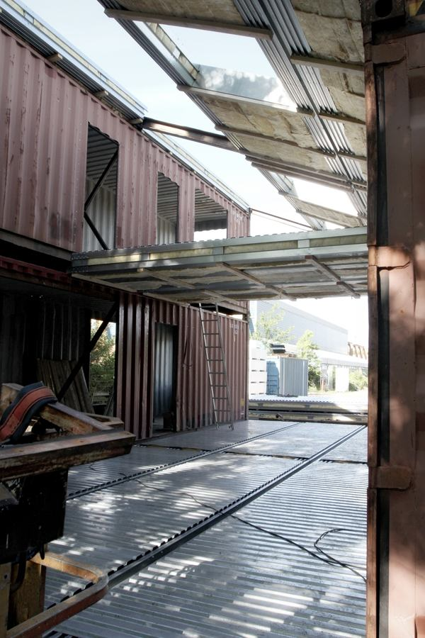 modern-recycled-home-made-of-shipping-containers-03