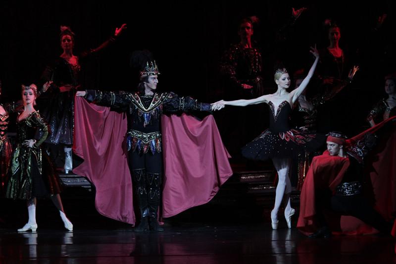 Фото с сайта театра (2 акт)