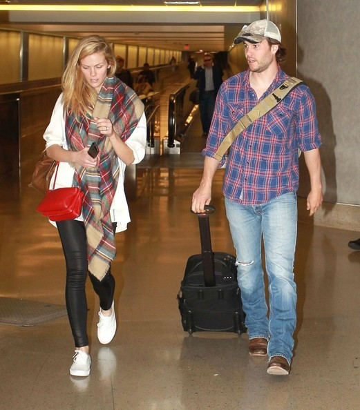 brooklyn-decker-and-taylor-kitsch-at-lax_1