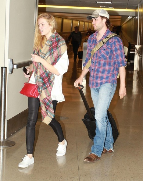 brooklyn-decker-and-taylor-kitsch-at-lax_2