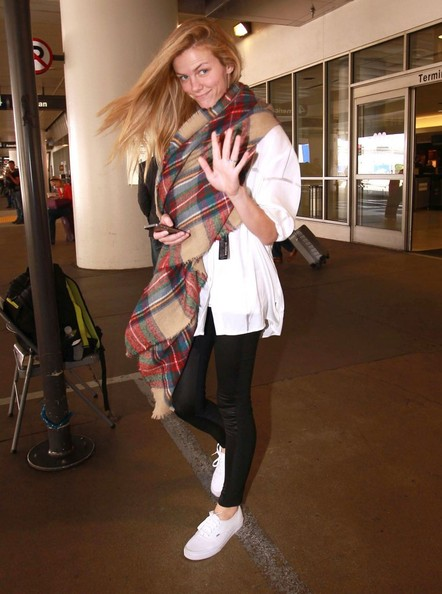 brooklyn-decker-and-taylor-kitsch-at-lax_6