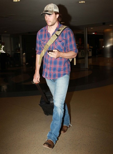 taylor-kitsch-arrives-at-lax_2