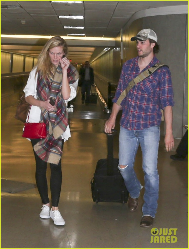 brooklyn-decker-taylor-kitsch-battleship-reunion-lax-15