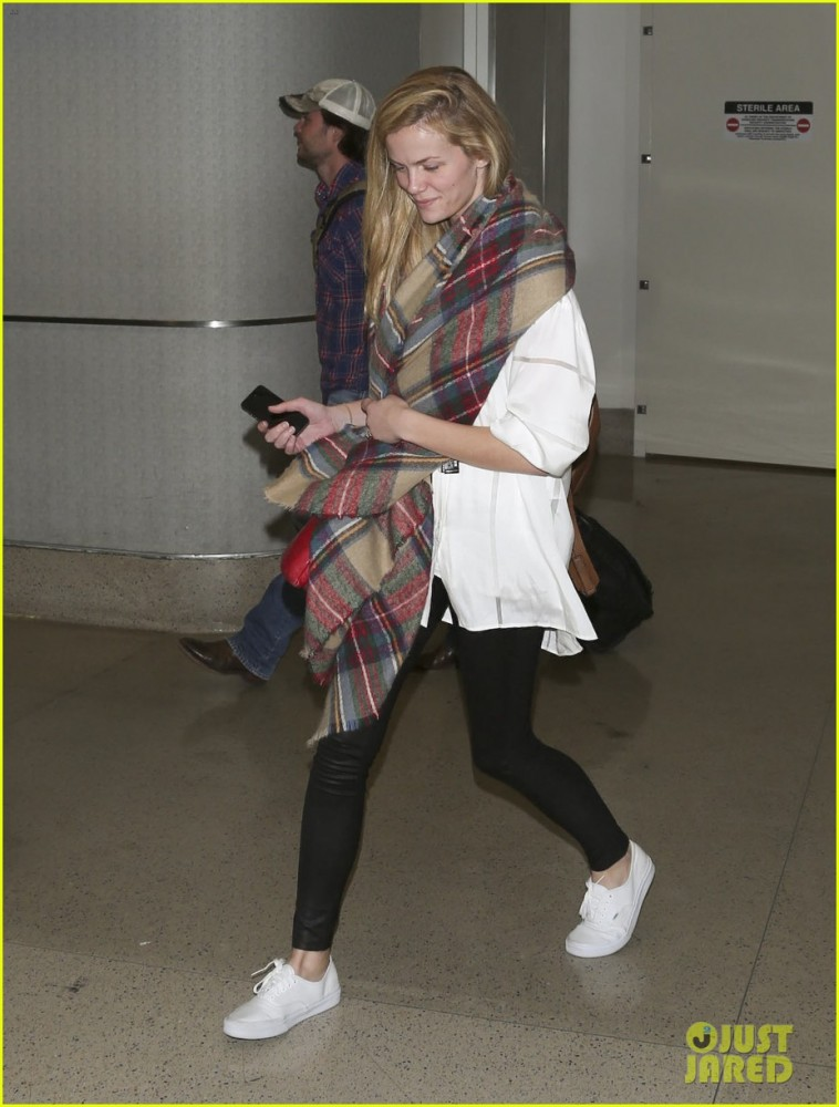 brooklyn-decker-taylor-kitsch-battleship-reunion-lax-19