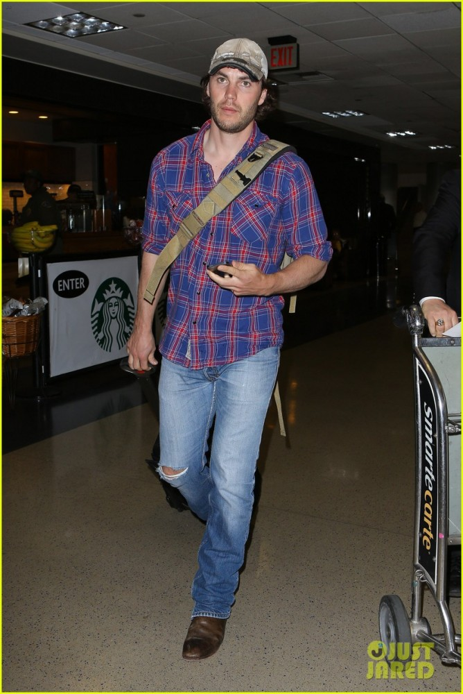 brooklyn-decker-taylor-kitsch-battleship-reunion-lax-02