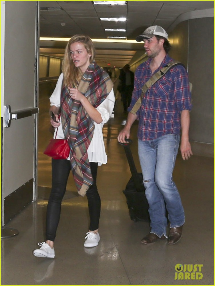 brooklyn-decker-taylor-kitsch-battleship-reunion-lax-17
