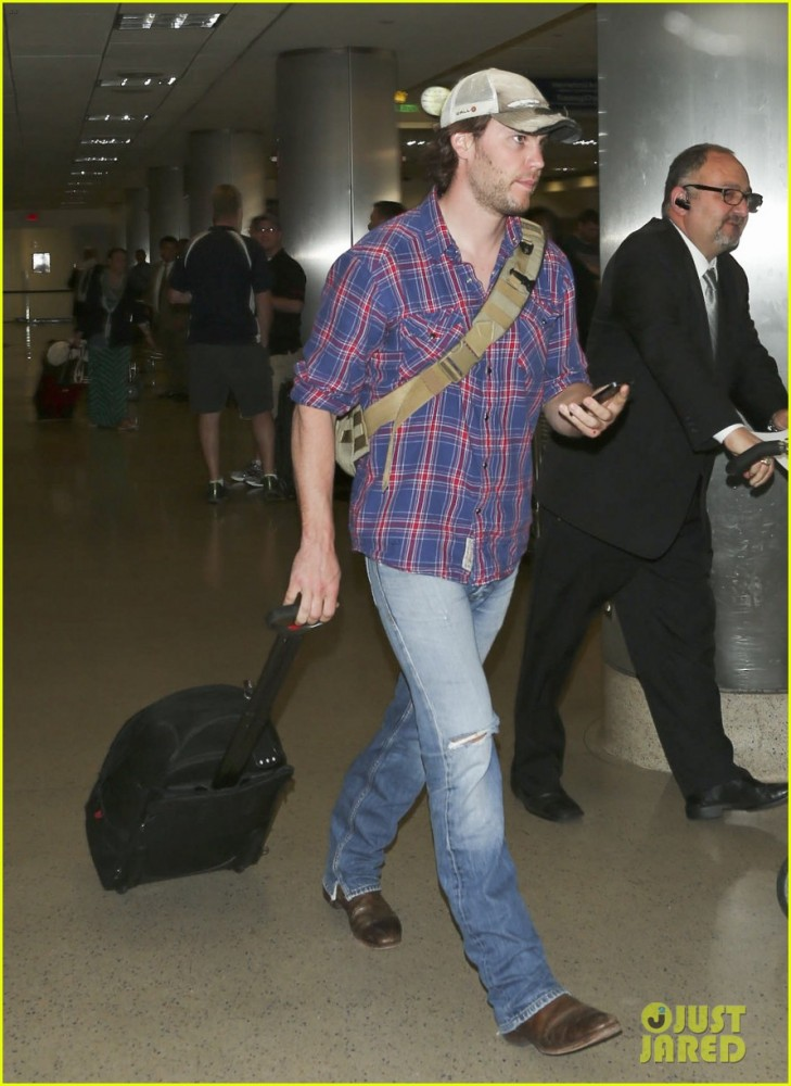 brooklyn-decker-taylor-kitsch-battleship-reunion-lax-27