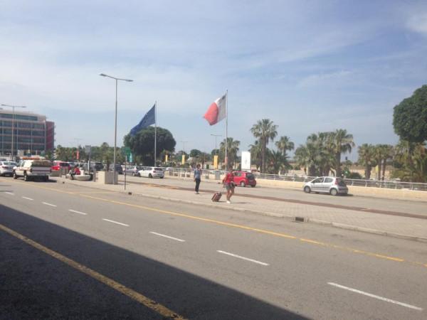 перед аэропортом Мальты