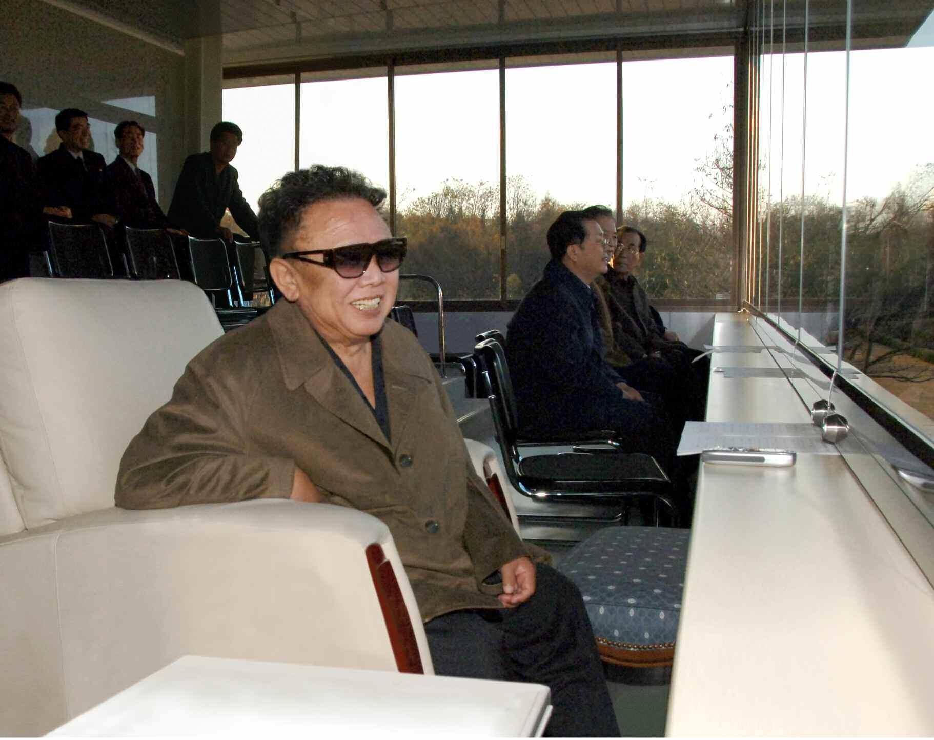 1. Великий Руководитель товарищ Ким Чен Ир вместе с военнослужащими Народной Армии просматривает футбольный матч между командами Корейской Народной А