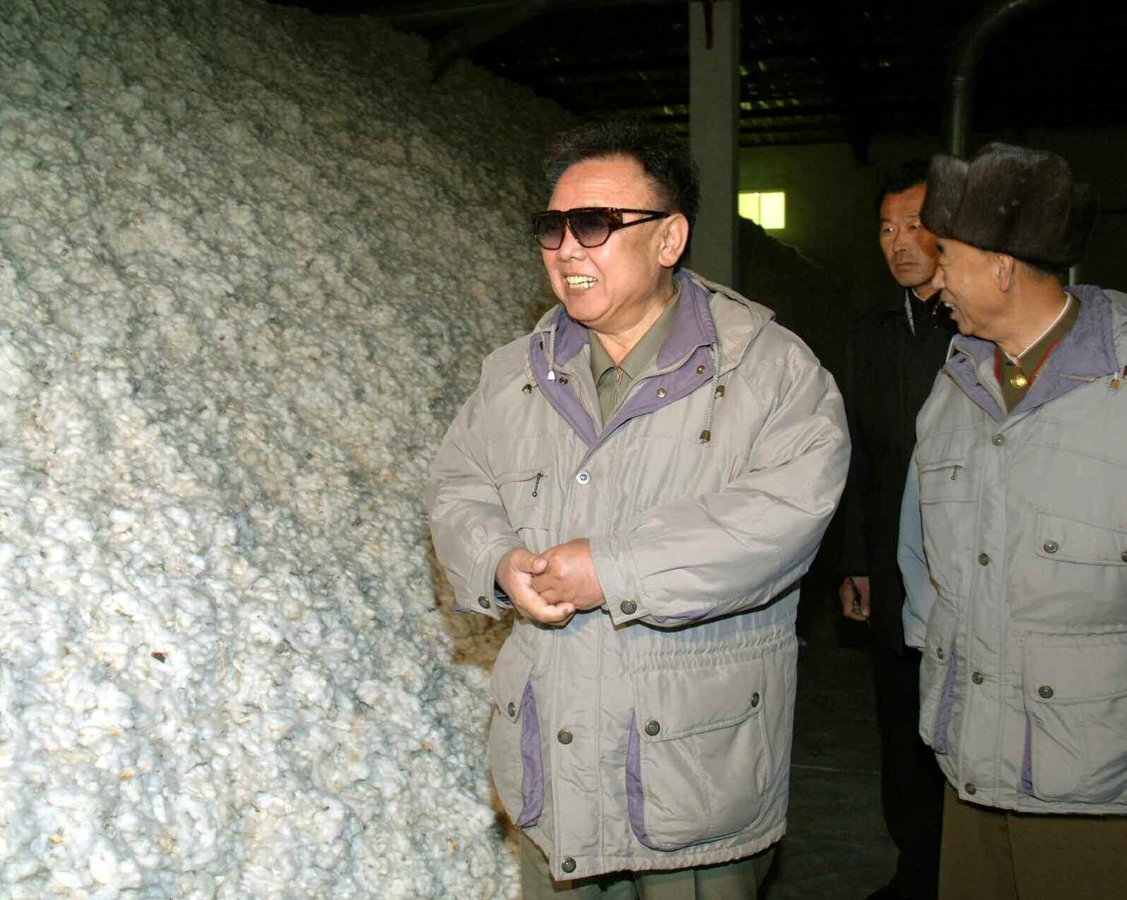 2. Великий Руководитель товарищ Ким Чен Ир инспектирует хлопковую ферму 1596-й войсковой части Корейской Народной Армии, декабрь 2007 года