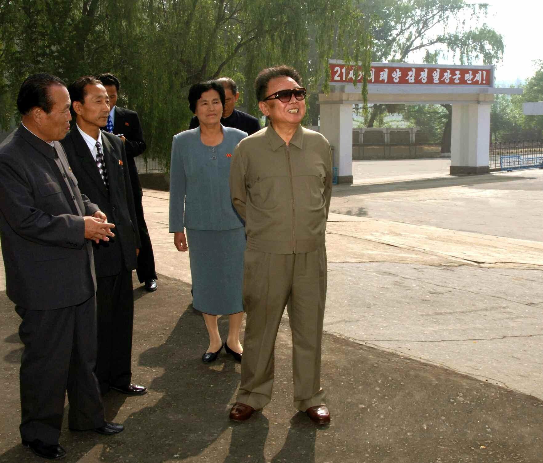 3. Великий Руководитель товарищ Ким Чен Ир осматривает Хамхынский медицинский институт, май 2008 года