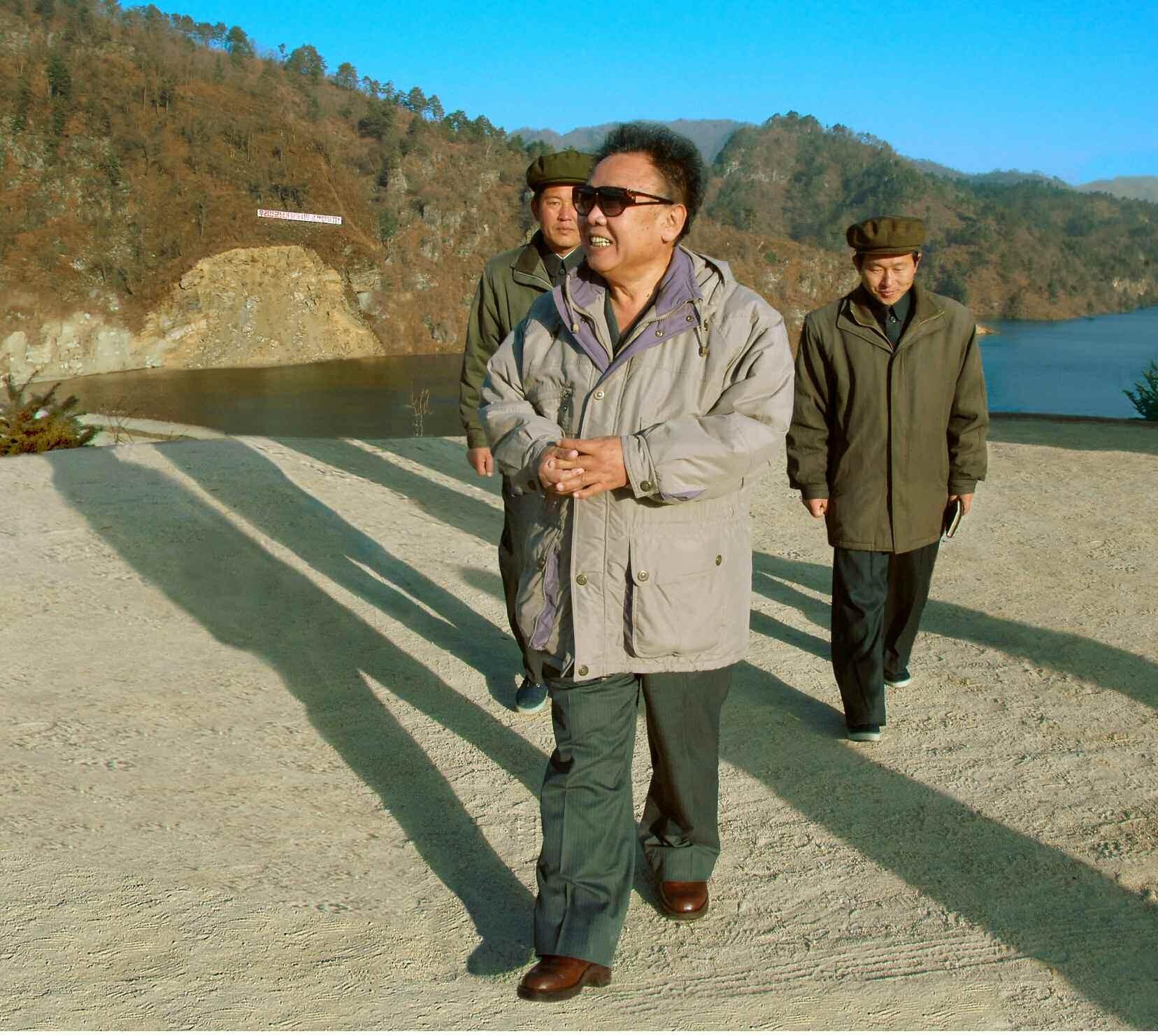 4. Великий Руководитель товарищ Ким Чен Ир инспектирует находящуюся в стадии завершения строительных работ Вонсанскую электростанцию ''Молодёжная'', ноябрь 2007 года