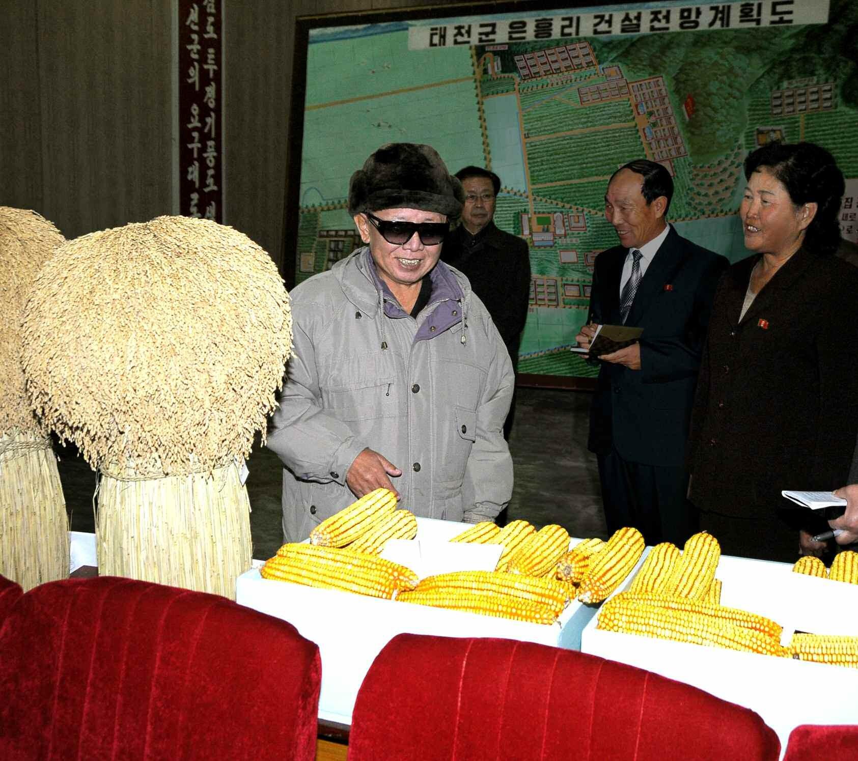 5. Великий Руководитель товарищ Ким Чен Ир руководит на месте Ынхынским сельозкооперативом уезда Тхэчхон, ноябрь 2009 года