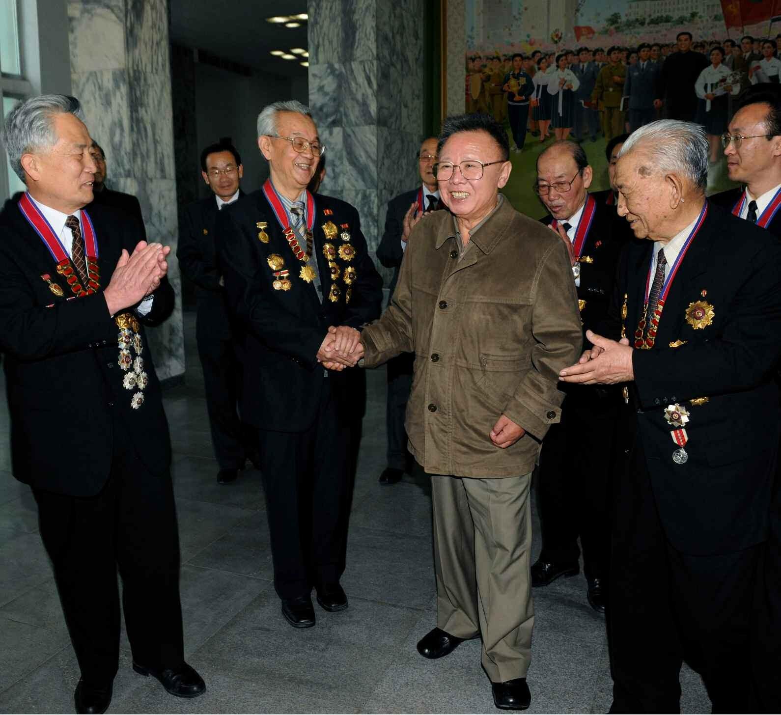 6. Великий Руководитель товарищ Ким Чен Ир встречается с преподавателями, научными сотрудниками Университета имени Ким Ир Сена, апрель 2010 года
