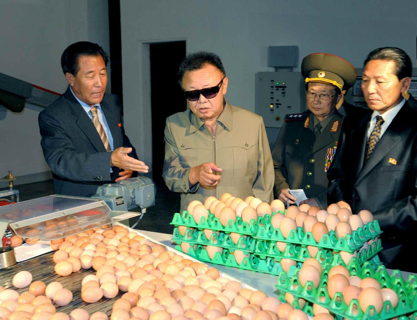 1. Великий Руководитель товарищ Ким Чен Ир руководит на месте куроводческой фабрикой 927, август 2010 года