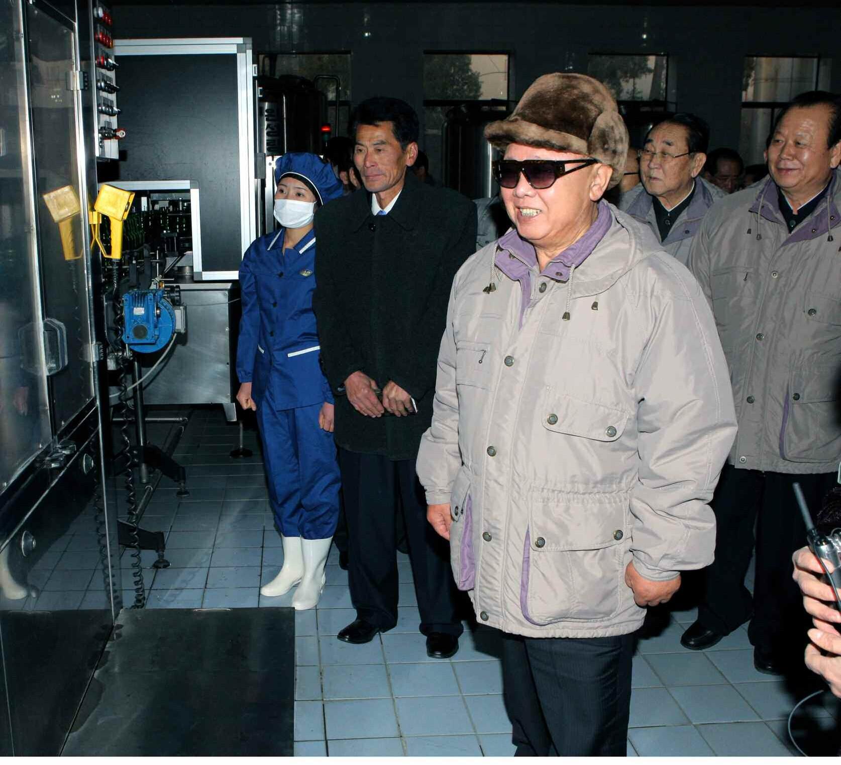 2. Великий Руководитель товарищ Ким Чен Ир руководит на месте фабрикой минеральной воды ''Кансо'', ноябрь 2010 года