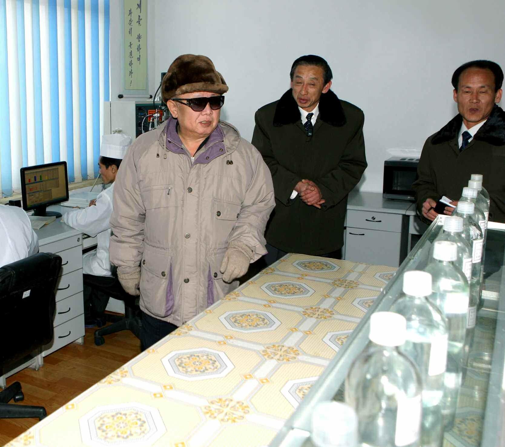 3. Великий Руководитель товарищ Ким Чен Ир руководит на месте Отделением бионики Государственной Академии наук, январь 2011 года