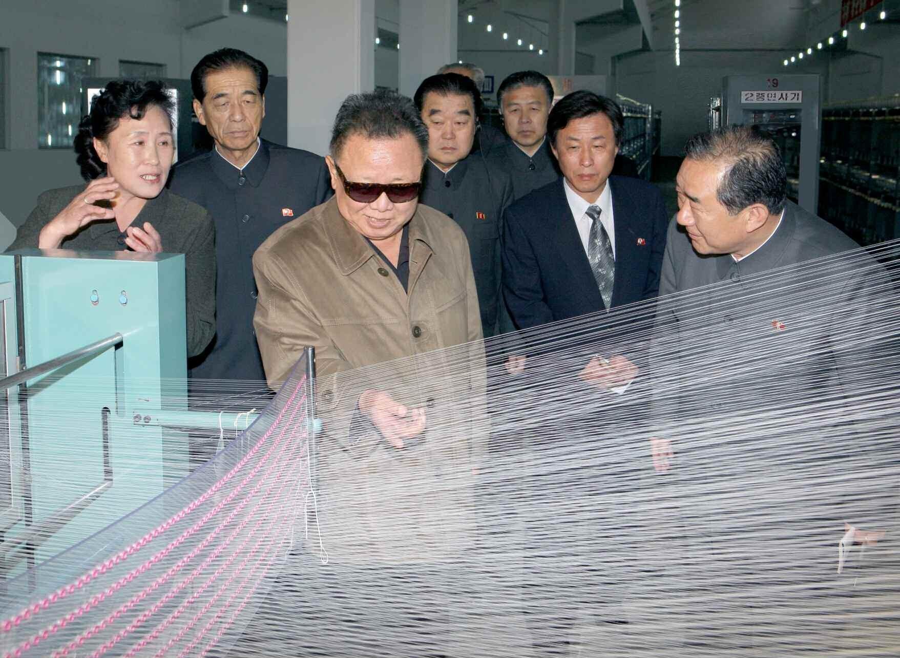 4. Великий Руководитель товарищ Ким Чен Ир руководит на месте Пхеньянской текстильной фабрикой, май 2011 года