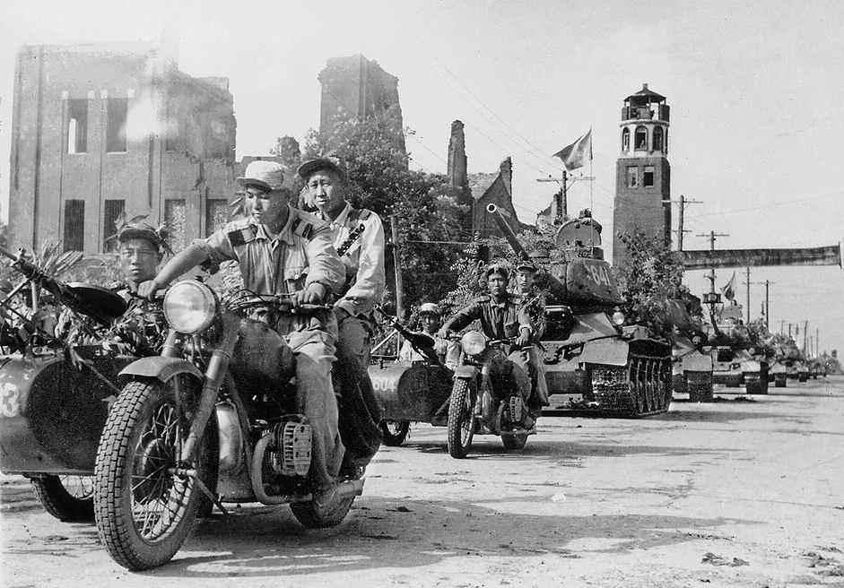 Воины Народной Армии входят в город Тэчжон