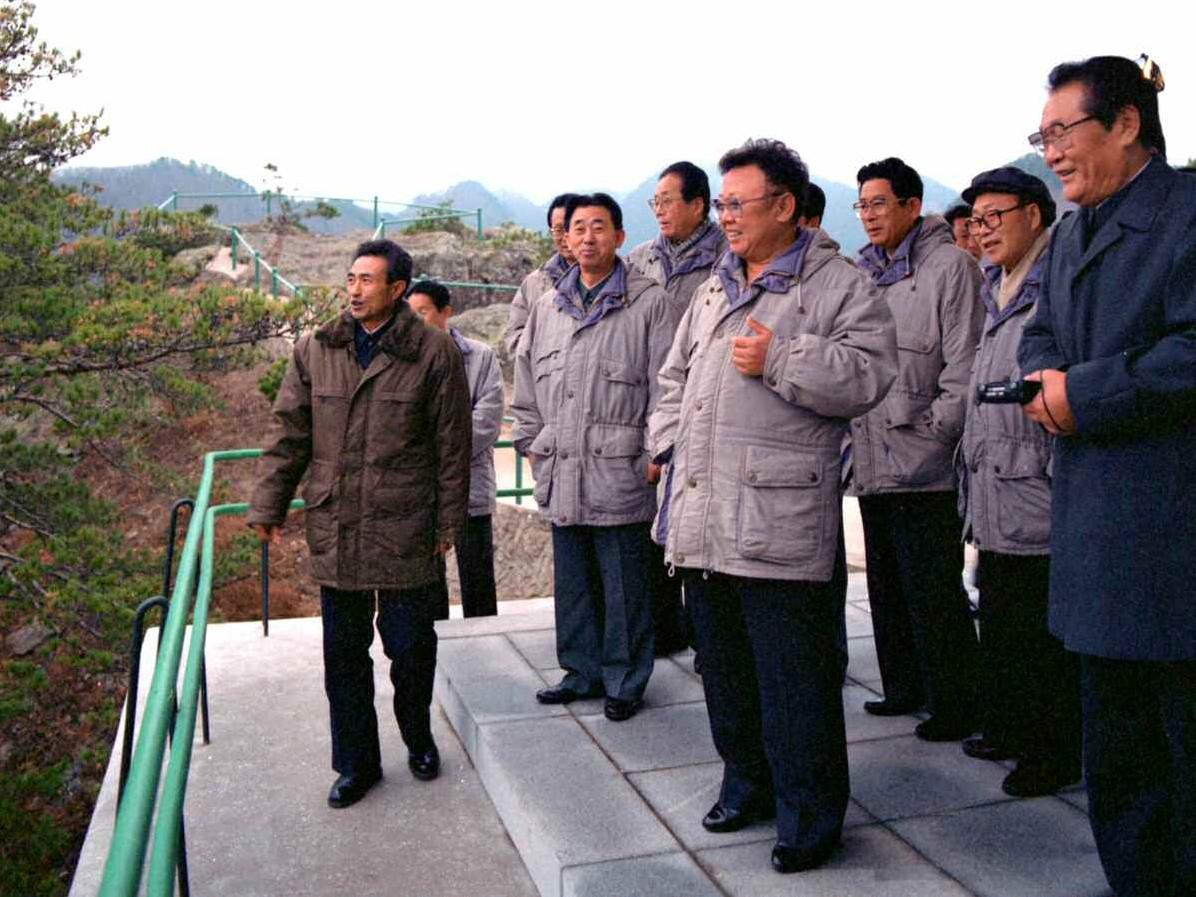 1. Великий Руководитель товарищ Ким Чен Ир осматривает горы Чхильбо, ноябрь 1998 года