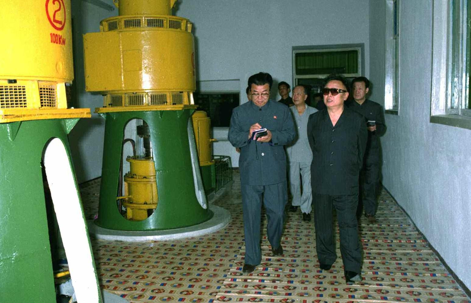 2. Великий Руководитель товарищ Ким Чен Ир осматривает помещение генераторов Пукчхонской электростанции № 2, июнь 1999 года