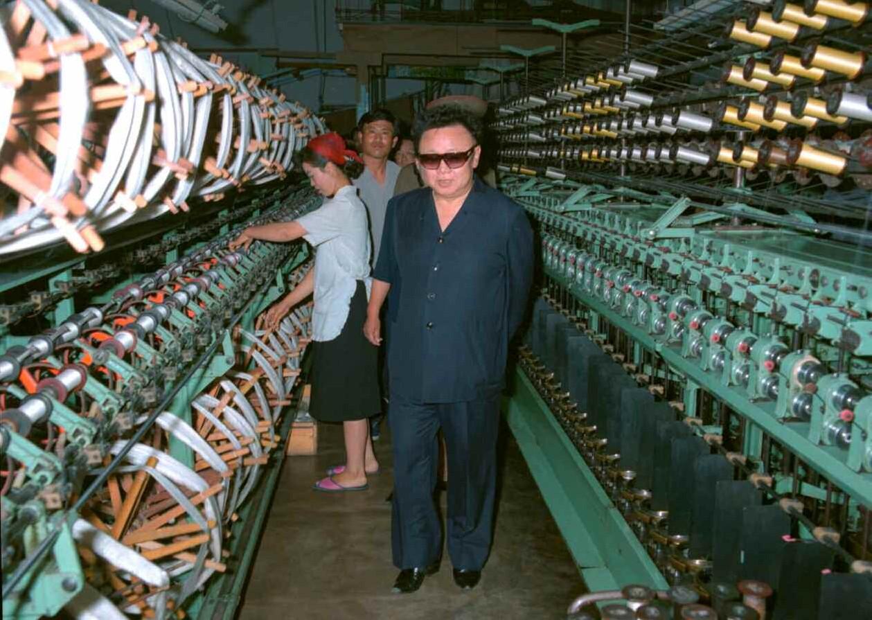 3. Великий Руководитель товарищ Ким Чен Ир ознакомляется с положением производства на Нёнбёнской шёлковой фабрике, июнь 2000 года