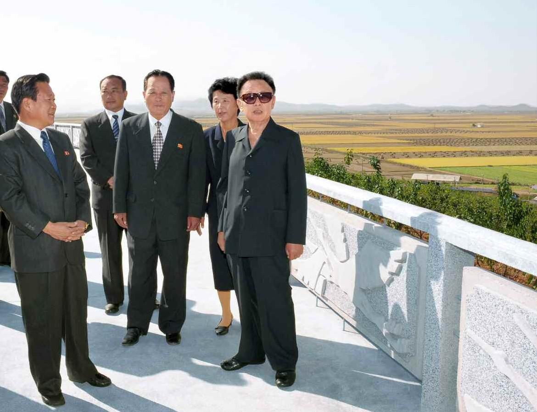 5. Великий Руководитель товарищ Ким Чен Ир руководит на месте Мигокским сельхозкооперативом города Саривона, октябрь 2009 года