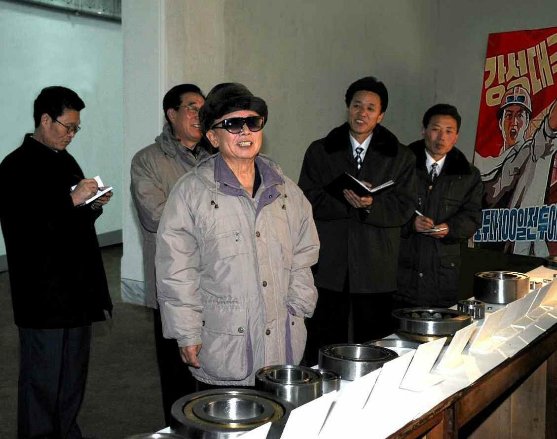 6. Великий Руководитель товарищ Ким Чен Ир руководит на месте Рянчхэкским подшипниковым заводом, ноябрь 2009 года