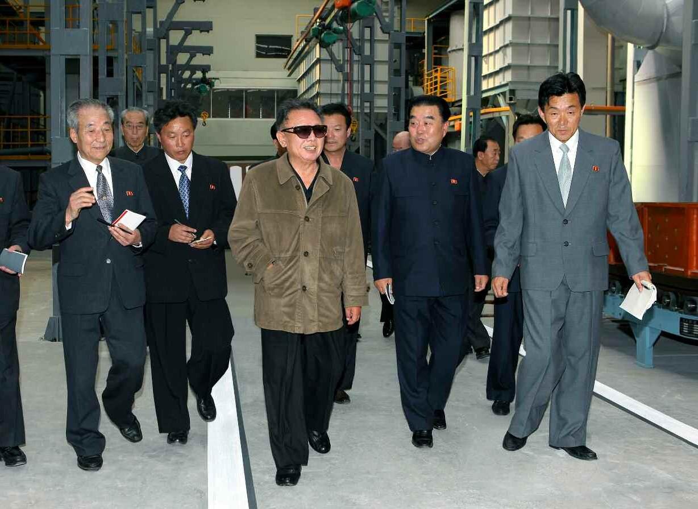 9. Великий Руководитель товарищ Ким Чен Ир руководит на месте Рёнсонским машиностроительным объединением, май 2010 года