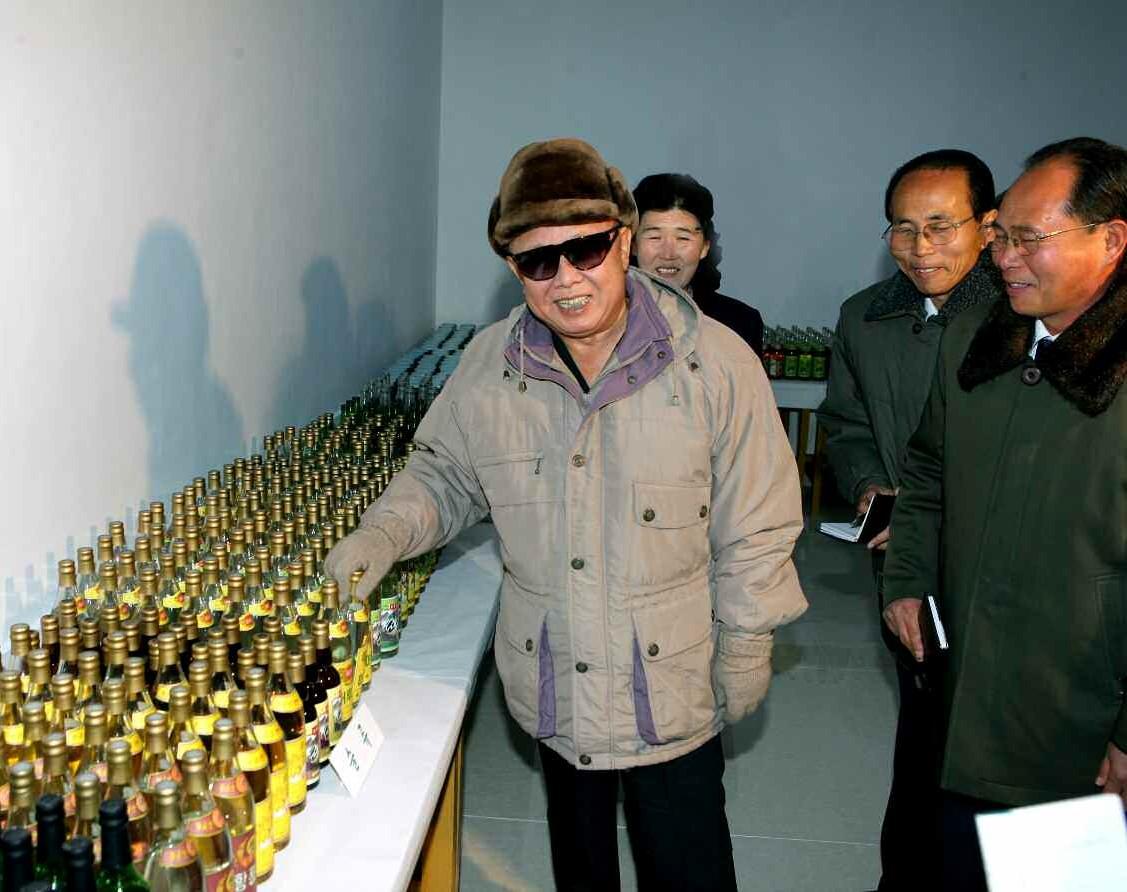 10. Великий Руководитель товарищ Ким Чен Ир руководит на месте Чхансонской пищевой фабрикой, ноябрь 2010 года