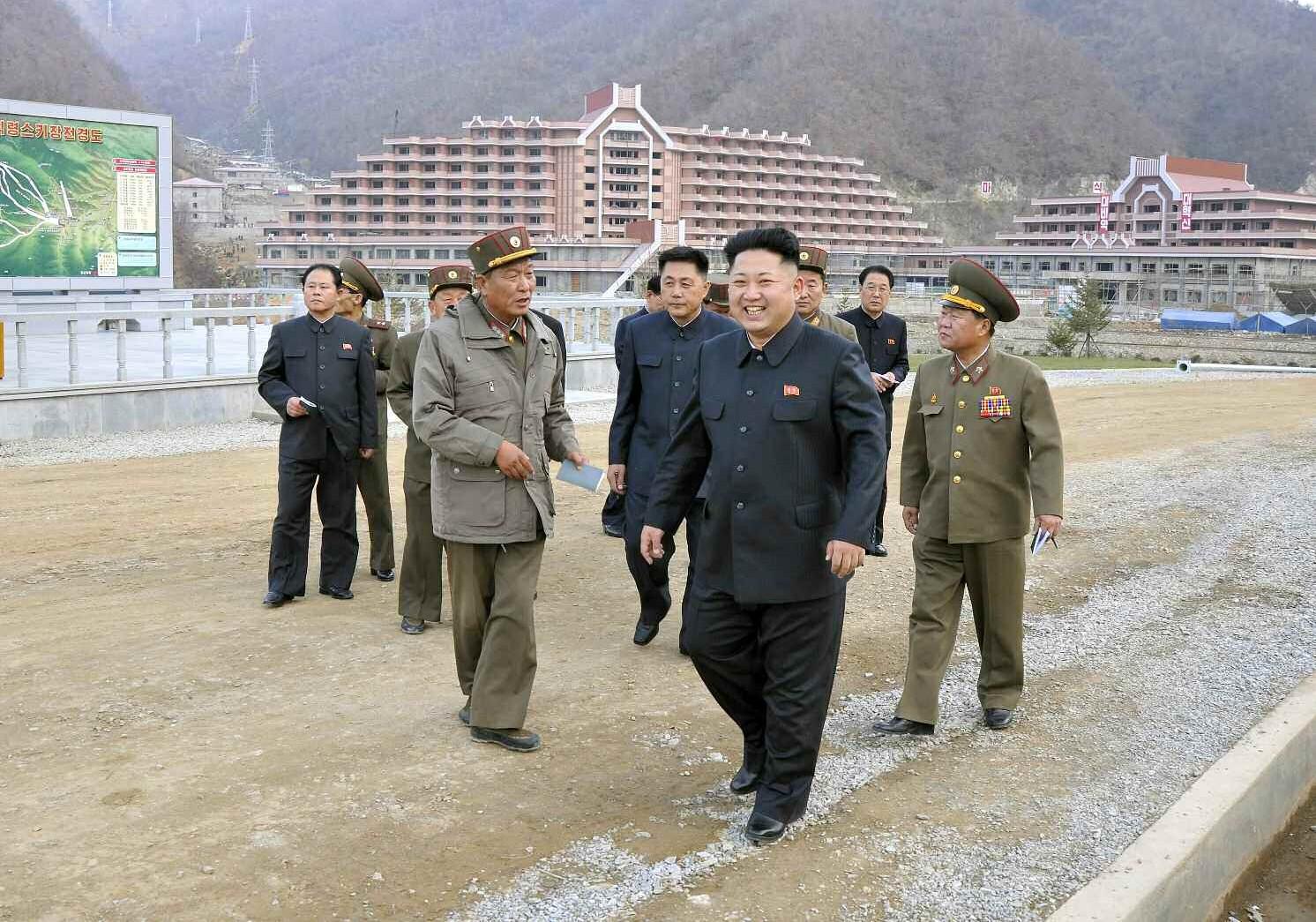 10. Уважаемый и любимый товарищ Ким Чен Ын осматривает строительство Масикрёнского лыжедрома, ноябрь 2013 года